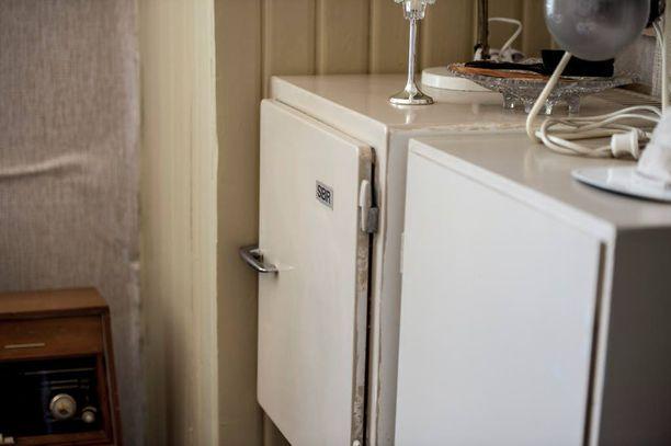 Tämä kaasujääkaappi on peräisin 40-luvulta. Ennen jääkaappeja ruoka säilytettiin kellarissa. Kesäisin kellarikomero oli sopivan viileä, talvella se saattoi olla liiankin kylmä. Silloin esimerkiksi perunat nostettiin porraskäytävään turvaan jäätymiseltä.