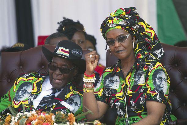 Grace ja Robert Mugabe ovat tällä vuosikymmenellä ja erityisesti viime vuosina esiintyneet julkisesti samanlaisissa asuissa. Kuva viime syyskuulta.