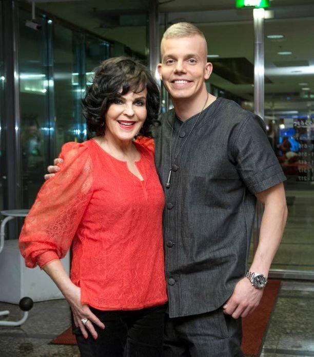 Elastinen ja Paula Koivuniemi tähdittivät Vain elämää -sarjaa tällä kaudella. Molemmat nähdään ensi viikolla esitettävässä Vain elämää Goes Punainen Risti -jaksossa.
