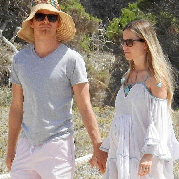 Nico ja Vivian lomailivat viime vuonna Espanjassa. Tuolloin raskaana ollut Vivian oli lainannut Nicolle hattuaan.