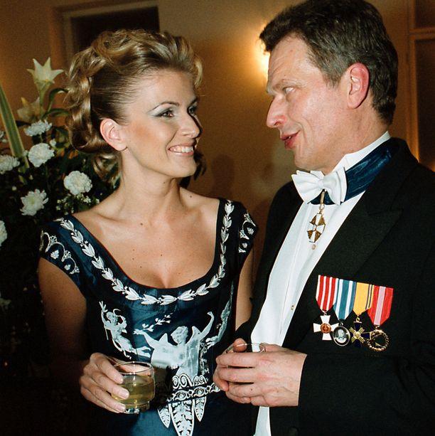 Tanja Karpelan ja Sauli Niinistön seurustelusuhde oli iso uutinen. Vuonna 2004 heidän kihlauksensa purkautui.