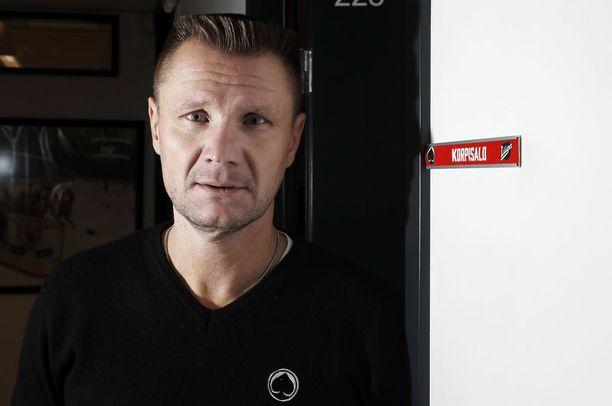 Ässien urheilujohtaja Jari Korpisalo oli kaukalossa, kun hänen ketjukaverinsa Jaroslav Otevrel loukkaantui.