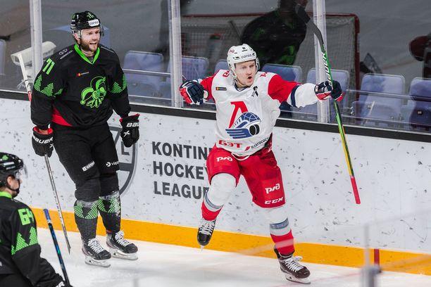 Teemu Pulkkinen (oikealla) jatkaa pistetehtailuaan Tsheljabinskissa.