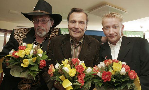 Topi Sorsakoski ja Reijo Taipale Iskelmä Finlandia -palkintotilaisuudessa vuonna 2003. Kuvassa mukana myös Simo Silmu