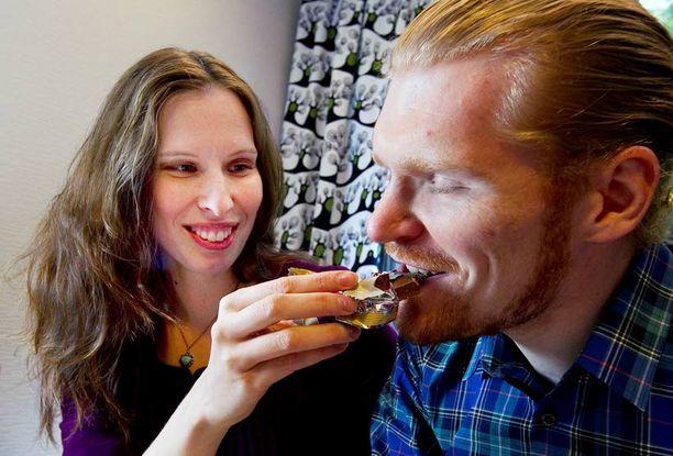 Marika Lähde ja Oskari Kulmala nauttivat suklaasta.
