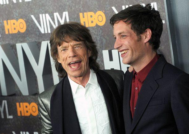Mick Jagger edusti poikansa sarjan ensi-illassa.