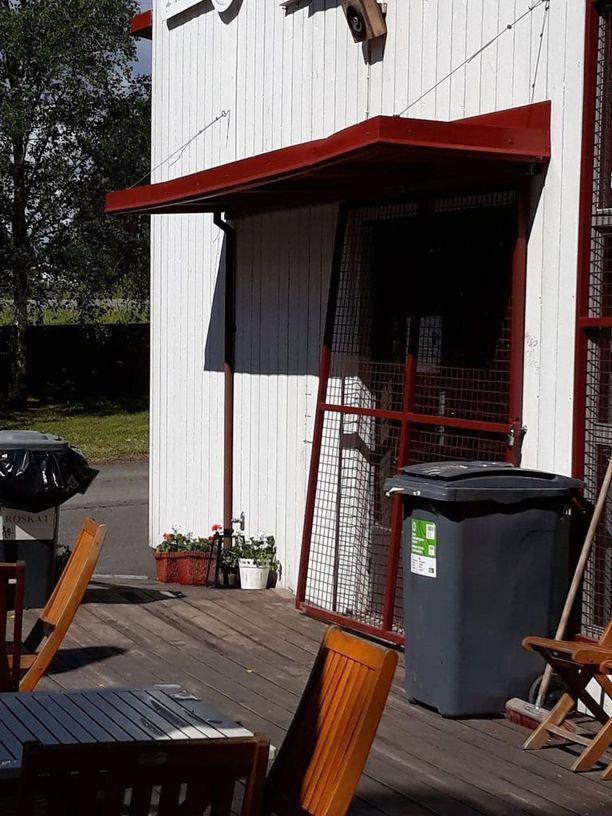 Murtovarkaat olivat vääntäneet rautakangella auki kesäkahvilan oven eteen asennetun raskaan metalliverkon.