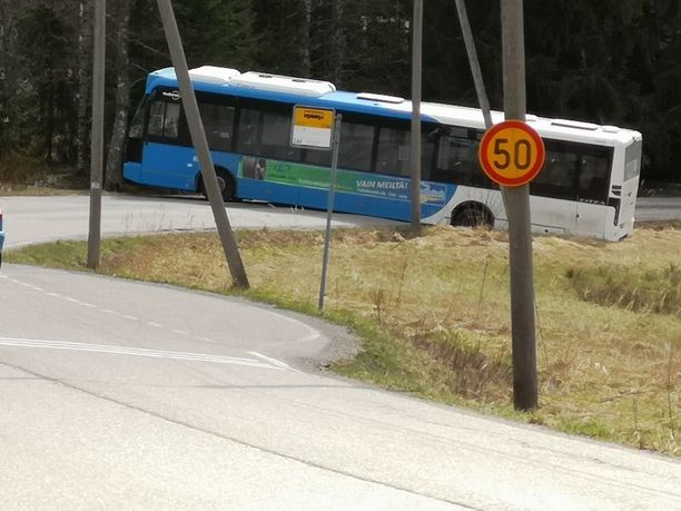 Bussi oli ajanut vahingossa ohi liittymästään. Käännös takaisinpäin ei ollut mennyt täysin sulavasti.