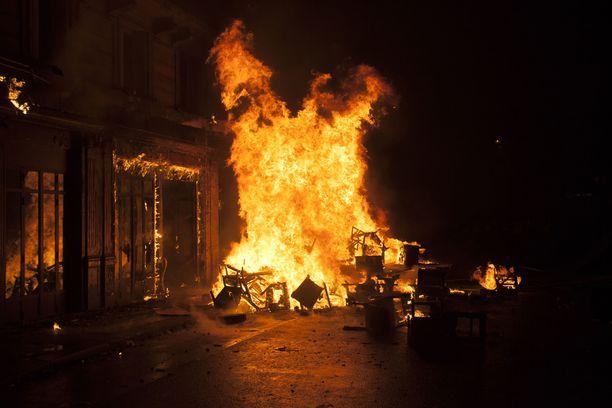 Champs Elysees´llä paloi viikko sitten. Mielenosoitukset ovat väkivaltaisimmat sitten 1968.