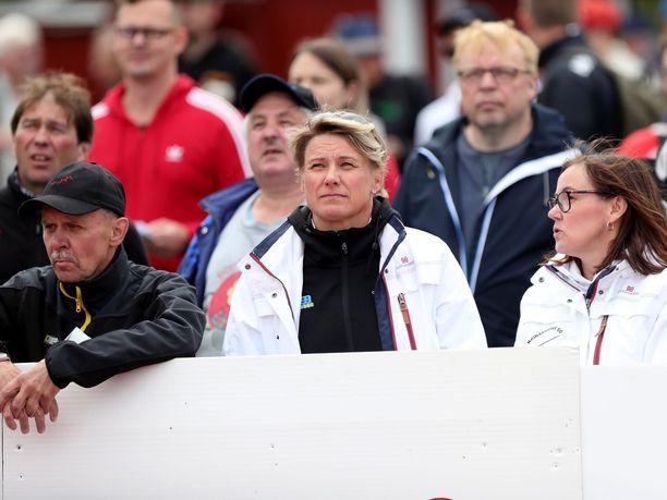 Heli Rantanen (keskellä) on huolissaan suomalaisen keihäänheiton tilasta.
