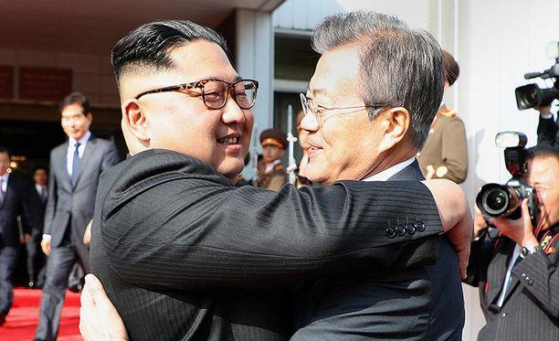Pohjois-Korean johtaja Kim Jong-un ja Etelä-Korean presidentti Moon Jae-in syleilivät toisiaan lämpimästi lauantain tapaamisessa.