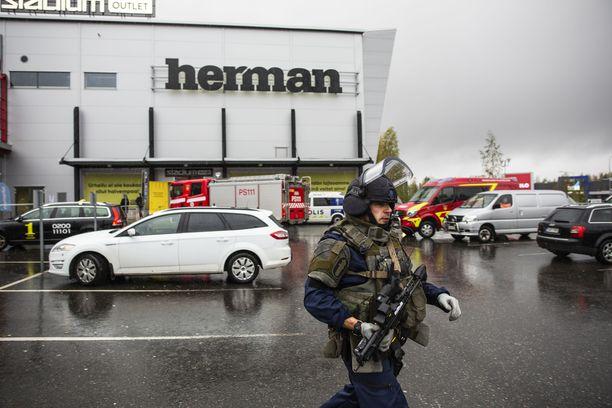Paikalla oli raskaasti aseistautuneita poliiseja.