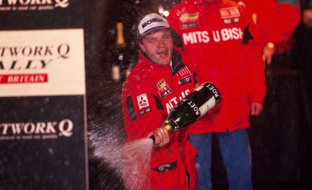 Tommi Mäkinen pääsi suihkuttamaan kuohujuomaa ensimmäisenä kolmen peräkkäisen mestaruuden miehenä. Vuoden 1998 mestaruusjahdissa oli mukana aimo annos tuuria.