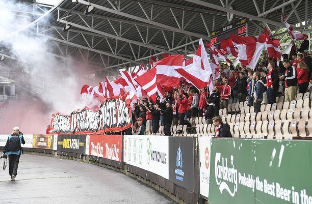 HIFK:n kannattajat sytyttivät soihtuja kesällä 2020.