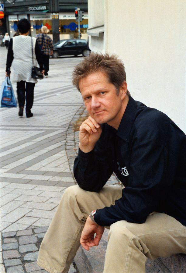 Rafaelin enkeli -hittikappale teki Pekka Ruuskasta tähden. Laulajatähti poseeraa vuonna 1998 kameralle.