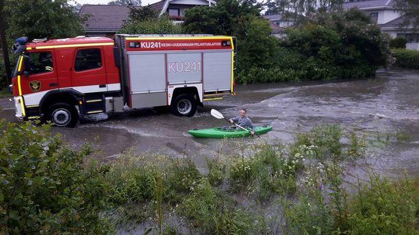 Vilho Voutilainen meloi tulvivalla Vaaralantiellä torstaina iltapäivällä.