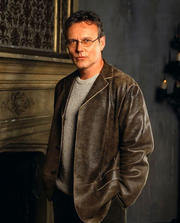 Kirjastonhoitajana Sunnydale High Schoolin ujuttautunut Rupert Giles oli Buffyn valvoja, siis henkilö, jonka vastuulla on vampyyrintappajan kouluttaminen ja salamyhkäisen Neuvoston kanssa viestiminen.