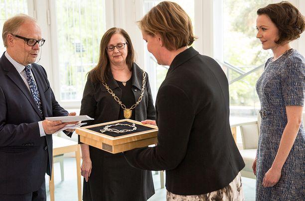 Koru luovutettiin presidentin virka-asunnolla Mäntyniemessä.
