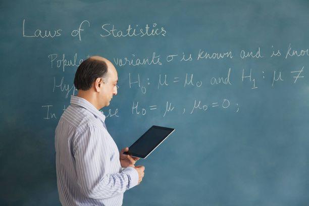 Professori halusi helpottaa opiskelijoidensa taakkaa.