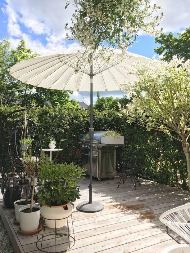Pienessä pihassa kannattaa suosia siirrettäviä ja muunneltavia kalusteita ja varjoja. Jalallinen aurinkovarjo tarjoaa suojaa, mutta se on myös helposti syrjään.