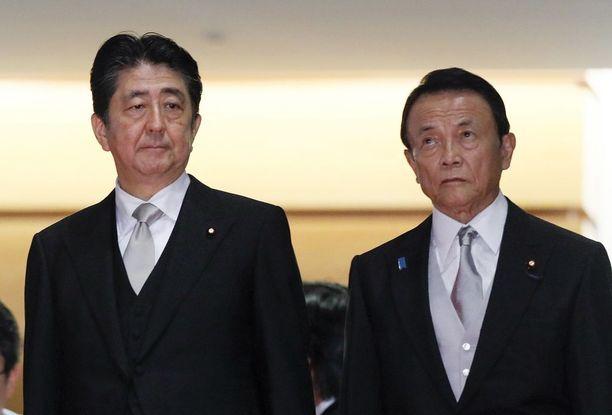 Taro Aso (oik.) kantaa Shinzo Aben kabinetissa valtiovarainministerin salkkua ja toimii varapääministerinä.