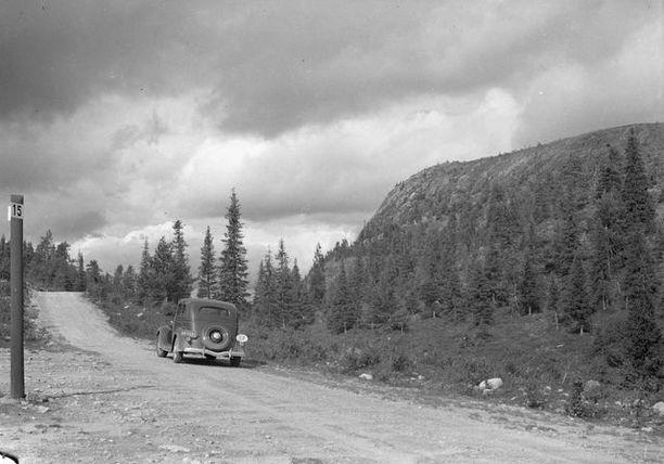 Pietsien valokuvaajapariskunta matkalla ikuistamaan Rukan maisemia 1930-luvulla.