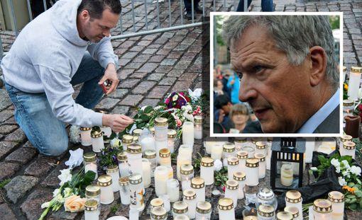 - Tämän viikonlopun aikana terrori tuli Suomeen. Olemme kaikki järkyttyneitä suunnattomasta väkivallasta, Niinistö sanoi tiedotustilaisuudessa.