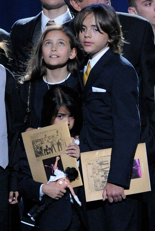 Paris, Blanket ja Prince isänsä hautajaisissa vuonna 2009.