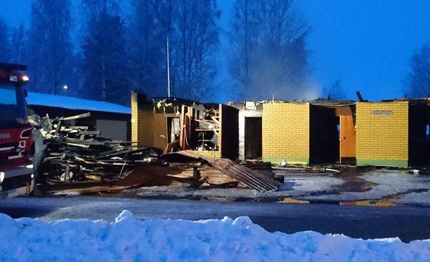 Yhdeksän kodin rivitalosta katosi yöllisessä tuhotyössä katto ja sen sisusta paloi.