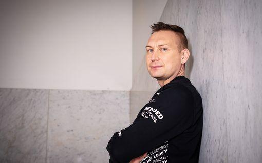 """Tällaisia ovat drag-artistien ulkonäköpaineet – Marko Vainio esiintyy Miss Divetinä botoxia otsarypyissään: """"Tärkeintä pitää rasvaprosentti pienenä"""""""