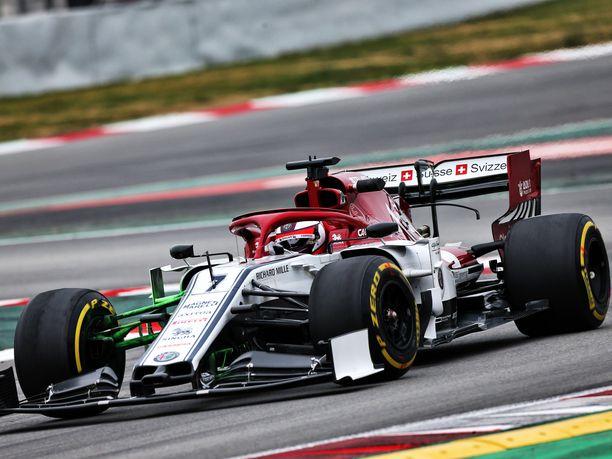 F1-tallit pyrkivät saamaan talvitestien alussa varmistuksen sille, että talven aikana on tehty oikeita asioita. Muun muassa Kimi Räikkösen autossa käytettiin keskiviikkona vihreää, niin sanottua flow viz -maalia, joka osoittaa, miten ilma virtaa auton pinnoilla.