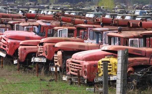 Säteilyn saastuttamia ajoneuvoja, joita käytettiin ydinturman pelastusoperaatiossa, kuvattiin 100 kilometrin päässä Kiovasta vuonna 2001.
