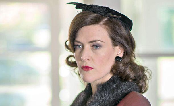 Regina vaanii viimeiseen asti Sarahia.