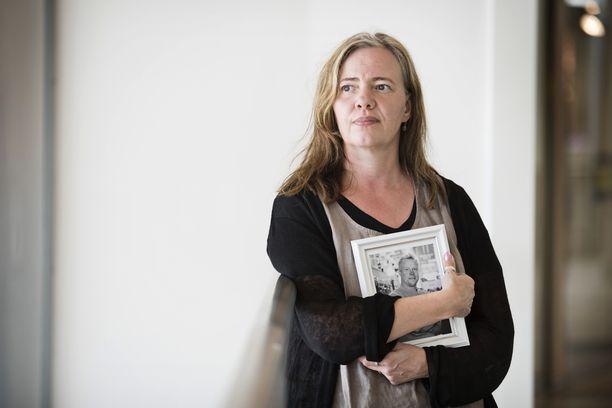 Satu Valkama, 49, menetti miehensä kolme vuotta sitten. Hän kokee, ettei voi antaa koskaan anteeksi kuolemantuottamuksesta tuomitulle miehelle, joka ei edes oikeudenkäynnin yhteydessä pyytänyt tapahtunutta anteeksi.