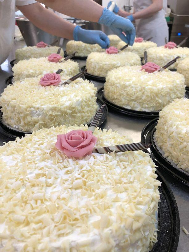 Käsin valmistetut kakut ovat juhlava osa äitienpäivän kahvi- ja jälkiruokapöytää.