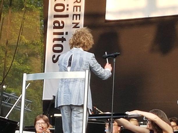 Kapellimestari Santtu-Matias Rouvali oli omien sanojensa mukaan lomalla lihonut ja takki repesi selästä kesken esityksen Tampereen puistokonsertissa tuhansien ihmisten edessä.