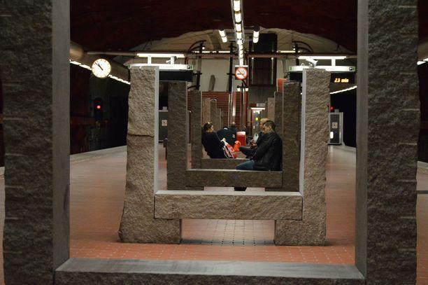 Skarpnäckin aseman penkkimäiset kiviveistokset ovat peräisin 1990-luvulta. Ne ovat kuvanveistäjä Richard Nonasin käsialaa.
