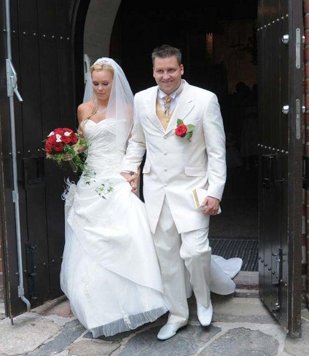 Jani ja Mari olivat kummatkin pukeutuneet valkoisiin asuihin.