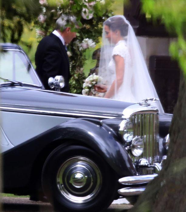 Pippa Middleton saapui vihkikirkkoon isänsä kanssa.