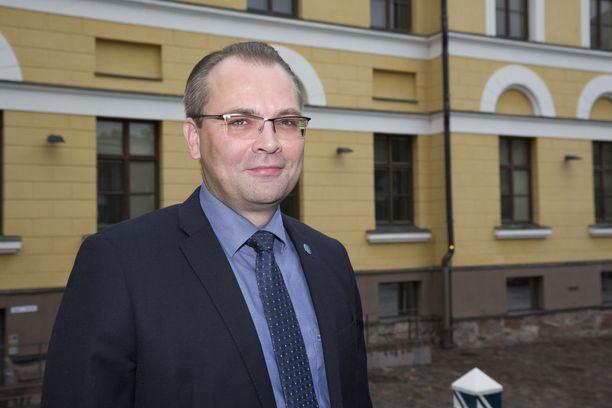 Puolustusministeri Jussi Niinistö iloitsee hyppypanoksen kehitysprojektin eteenpäin menosta.