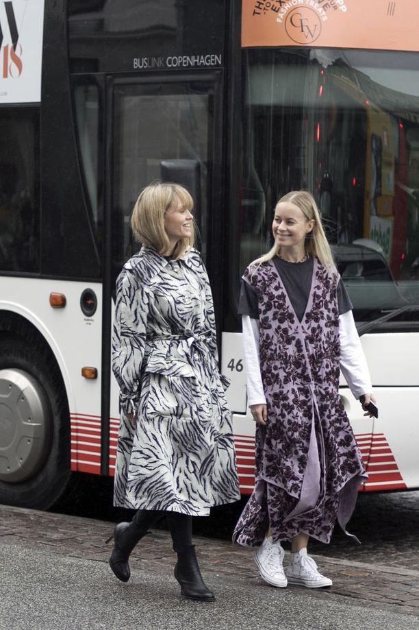 Seepratakki suojelee sateelta, löysä violetti mekko puolestaan on samaan aikaan streethenkinen mutta suloinen.