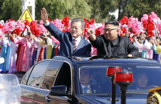 Pohjois-Korean johtaja Kim Jong-un (kuvassa vasemmalla) saanee istuskella tummennettujen lasien takana myös jatkossa. Vierellä Etelä-Korean presidentti Moon Jae-in. Kuva vuodelta 2018.