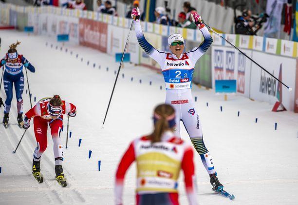 Maja Dahlqvist nosti kätensä pystyyn maailmanmestaruuden merkiksi.