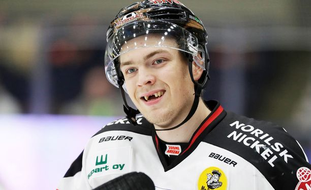 Jarno Kärjen hymyä ei nähdä hetkeen Isomäen kaukalon jäällä.