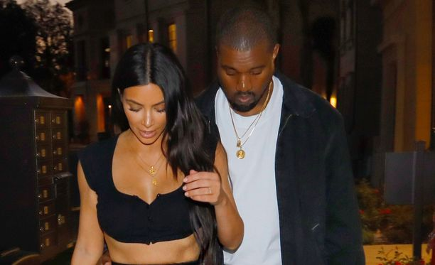 Tämän näköisenä Kanye West on totuttu näkemään. Vieressä puoliso Kim Kardashian.