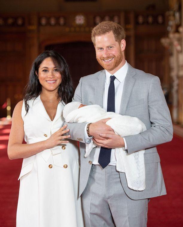 Herttuapari Meghan ja Harry antoivat ensimmäiset kommentit pikkuisesta mediaväelle Windsorissa.