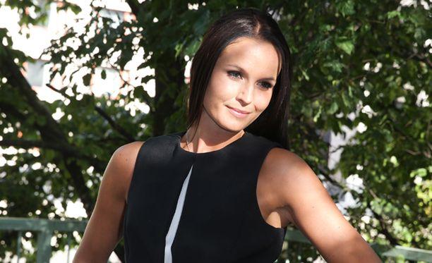 Minttu Virtanen aloittaa vuoden 2016 kyynärsauvojen varassa.