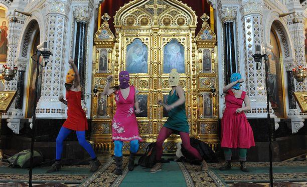 Feministinen punk-bändi Pussy Riot esitti musiikkiaan moskovalaisessa kirkossa vuonna 2012.