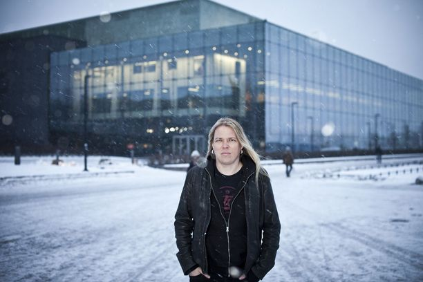 Muusikko Eicca Toppinen tunnetaan pitkistä vaaleista hiuksistaan.