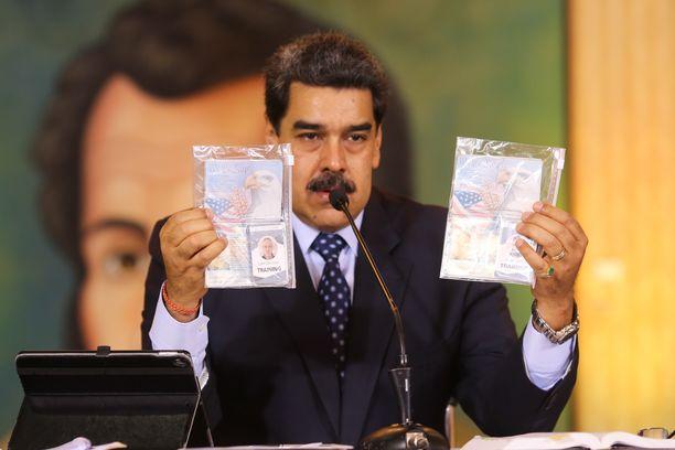 Venezuelan presidentti Nicolas Maduro esitteli kiinniotettujen amerikkalaismiesten passeja televisiossa.
